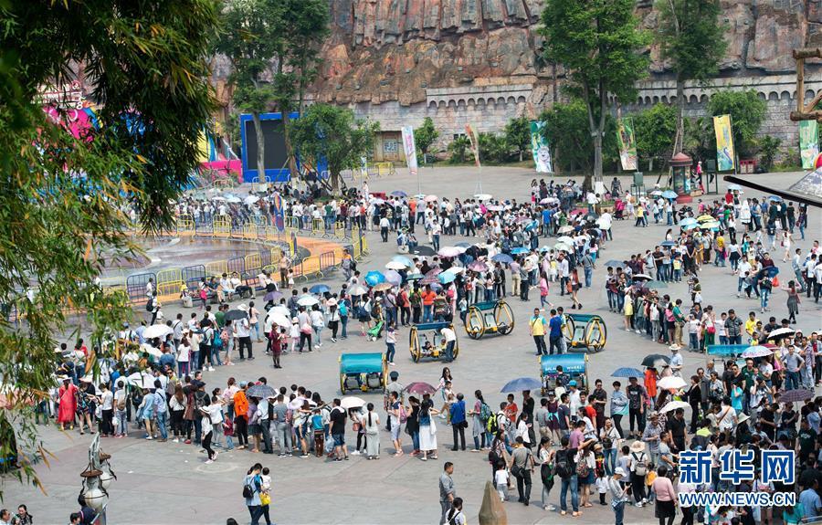 重庆市永川区乐和乐都主题公园内,众多游客排起长队等待入场参观野生动物园区(5月1日摄)。五一小长假期间,重庆天气晴好适宜出游,旅游市场进入旺季。据重庆市旅游局初步测算,五一节假日三天重庆共接待境内外游客1222.06万人次,同比增长16.31%;实现旅游收入70.73亿元,同比增长17.