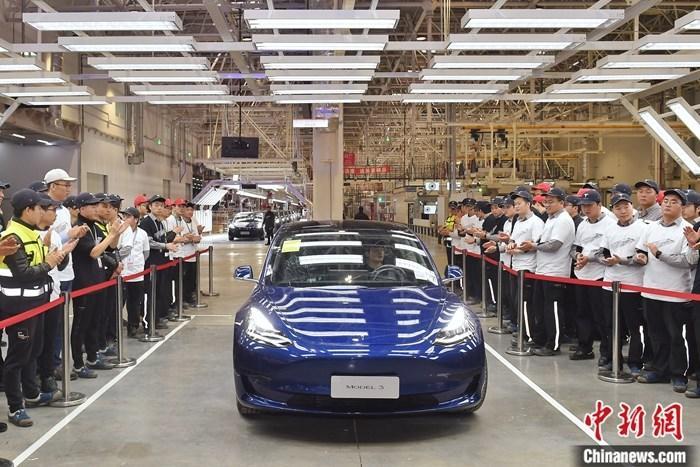 """新能源汽车补贴政策""""缩水"""" 特斯拉降价 成为中国电动车企的""""鲶鱼""""?"""